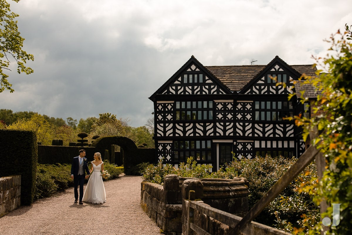 wedding couple in front of the holford estate