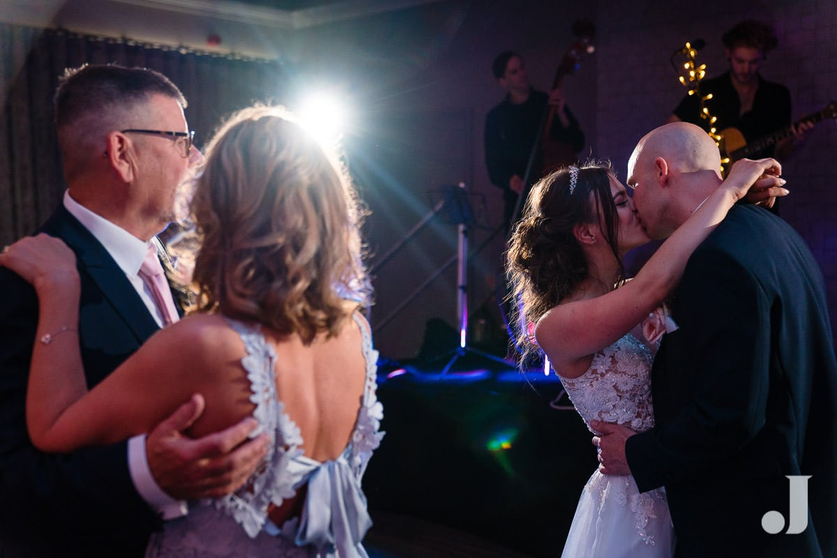 wedding kiss at merrydale manor first dance
